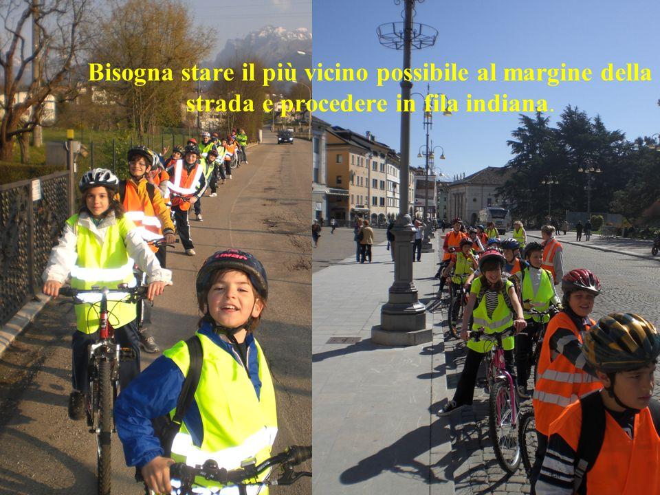 Bisogna stare il più vicino possibile al margine della strada e procedere in fila indiana.