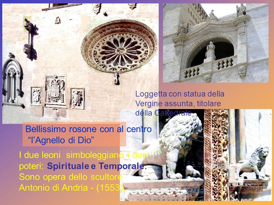 Il portale del XIV sec. Decorato con 23 formelle scolpite che narrano la vita di Gesù, dallannunciazi one allultima cena. Campane di notevole peso, il