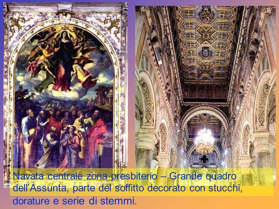 Navata centrale zona presbiterio – Grande quadro dellAssunta, parte del soffitto decorato con stucchi, dorature e serie di stemmi.