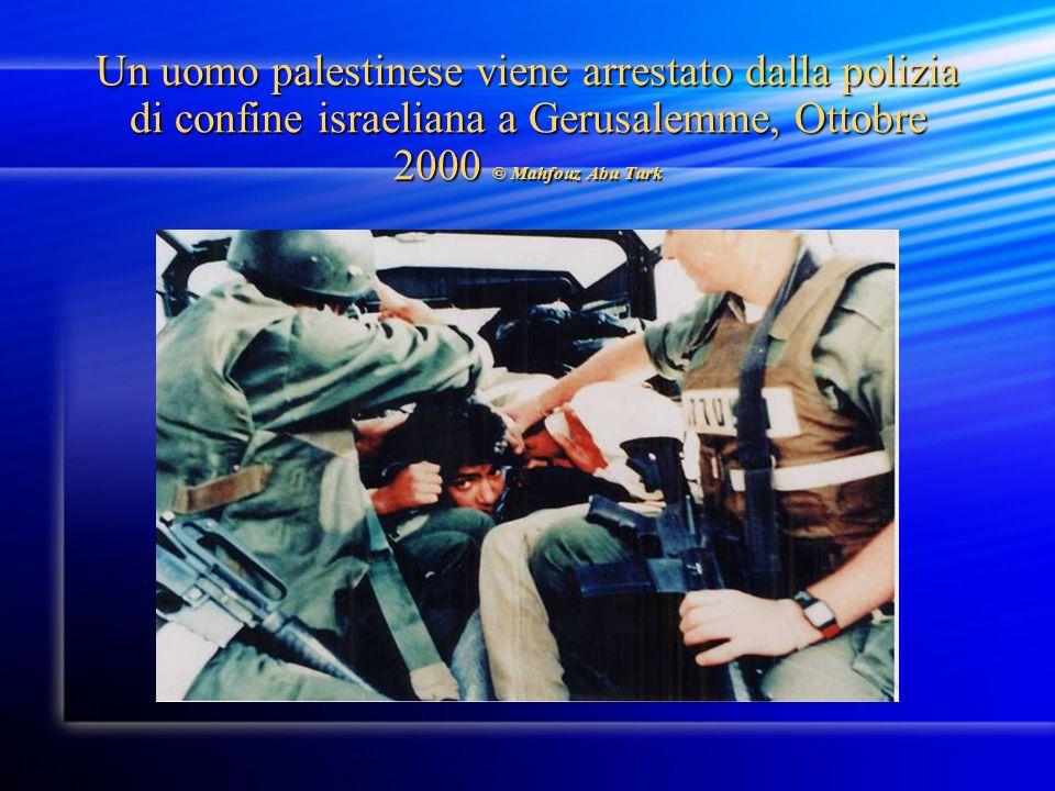 Un uomo palestinese viene arrestato dalla polizia di confine israeliana a Gerusalemme, Ottobre 2000 © Mahfouz Abu Turk