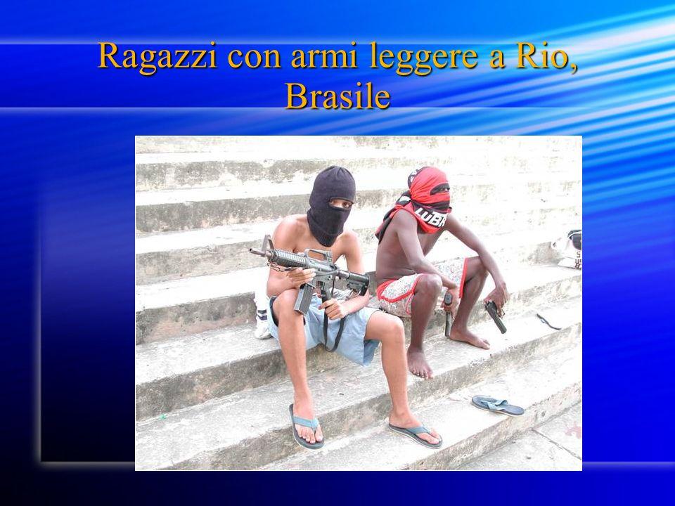 Ragazzi con armi leggere a Rio, Brasile