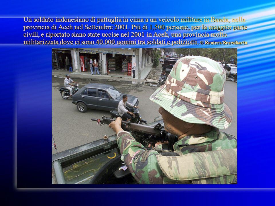 Un soldato indonesiano di pattuglia in cima a un veicolo militare in Banda, nella provincia di Aceh nel Settembre 2001.