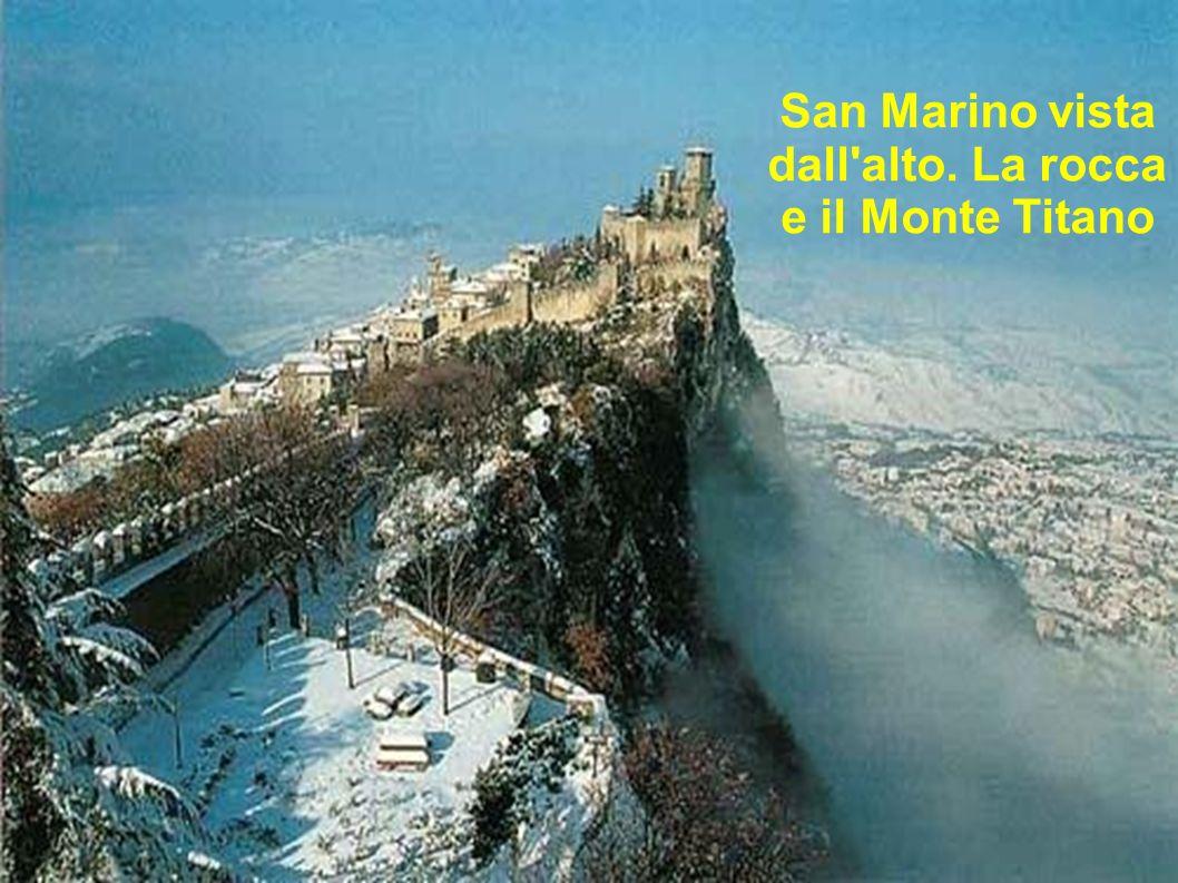 San Marino vista dall'alto. La rocca e il Monte Titano