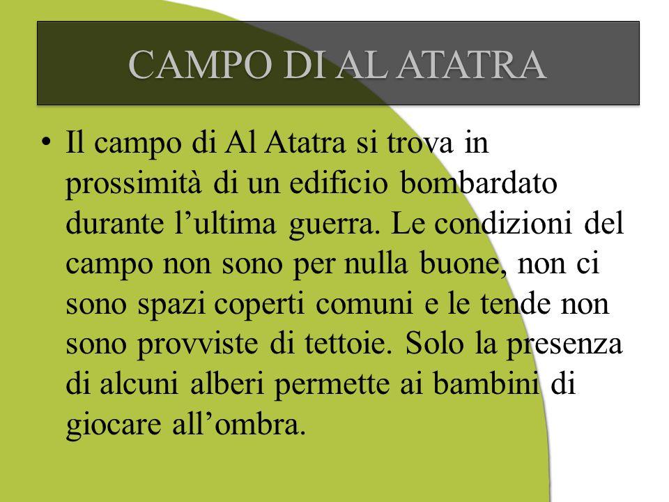 Il campo di Al Atatra si trova in prossimità di un edificio bombardato durante lultima guerra.