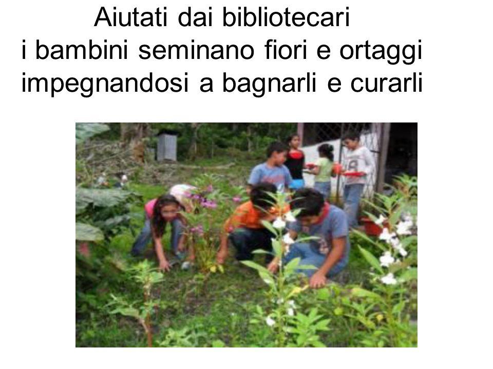 Aiutati dai bibliotecari i bambini seminano fiori e ortaggi impegnandosi a bagnarli e curarli
