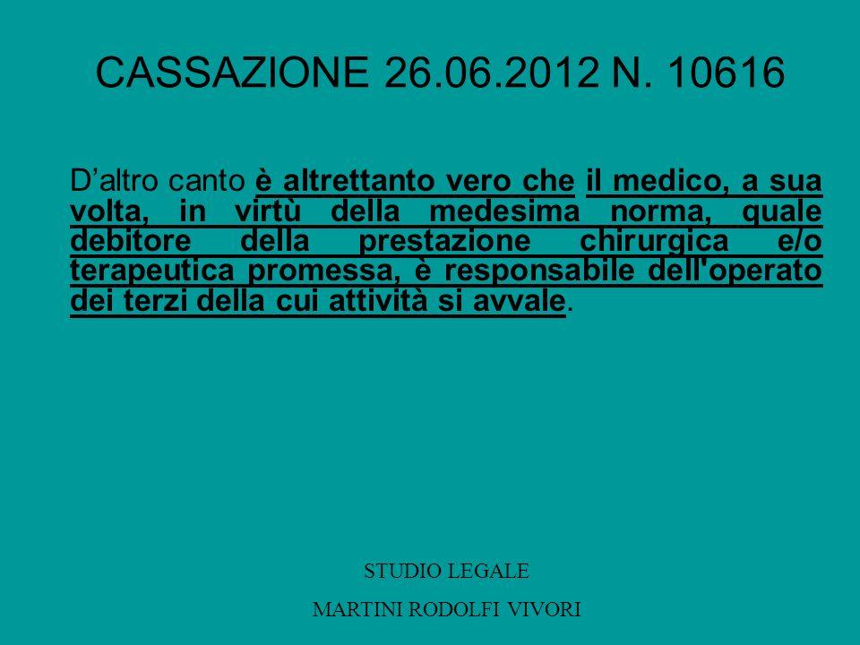 CASSAZIONE 26.06.2012 N. 10616 Daltro canto è altrettanto vero che il medico, a sua volta, in virtù della medesima norma, quale debitore della prestaz