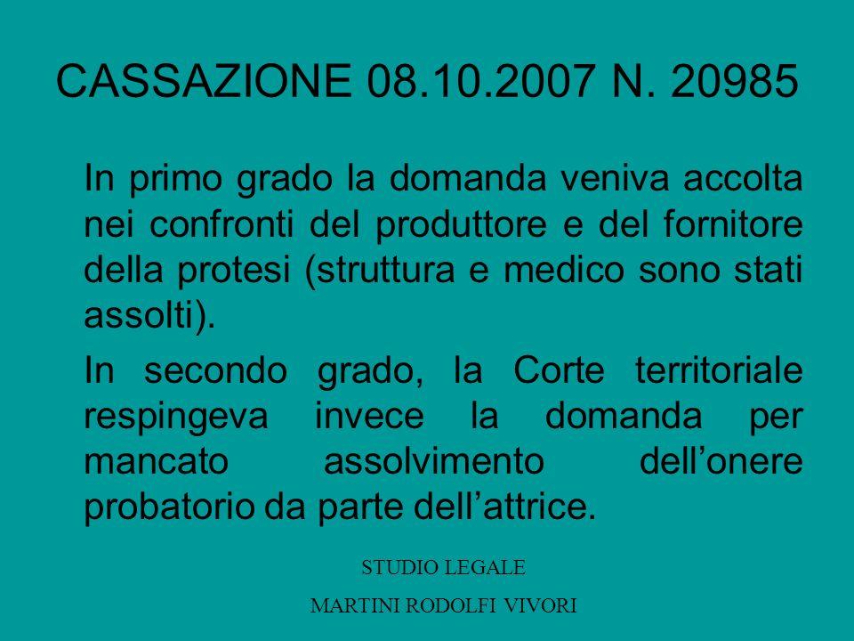 CASSAZIONE 08.10.2007 N. 20985 In primo grado la domanda veniva accolta nei confronti del produttore e del fornitore della protesi (struttura e medico