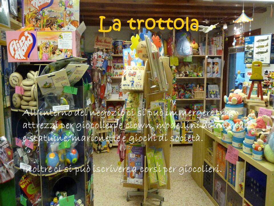 Allinterno del negozio ci si può immergere tra attrezzi per giocolieri e clown, modellini di animali e statuine, marionette e giochi di società.