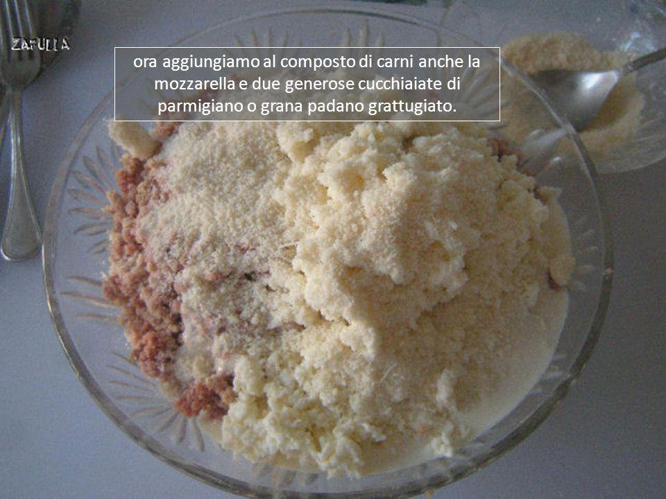 ora aggiungiamo al composto di carni anche la mozzarella e due generose cucchiaiate di parmigiano o grana padano grattugiato.