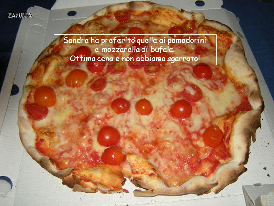 E a cena la pizza, naturalmente romana: la mia è al prosciutto cotto e mozzarella.