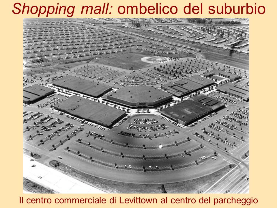 Shopping mall: ombelico del suburbio Il centro commerciale di Levittown al centro del parcheggio