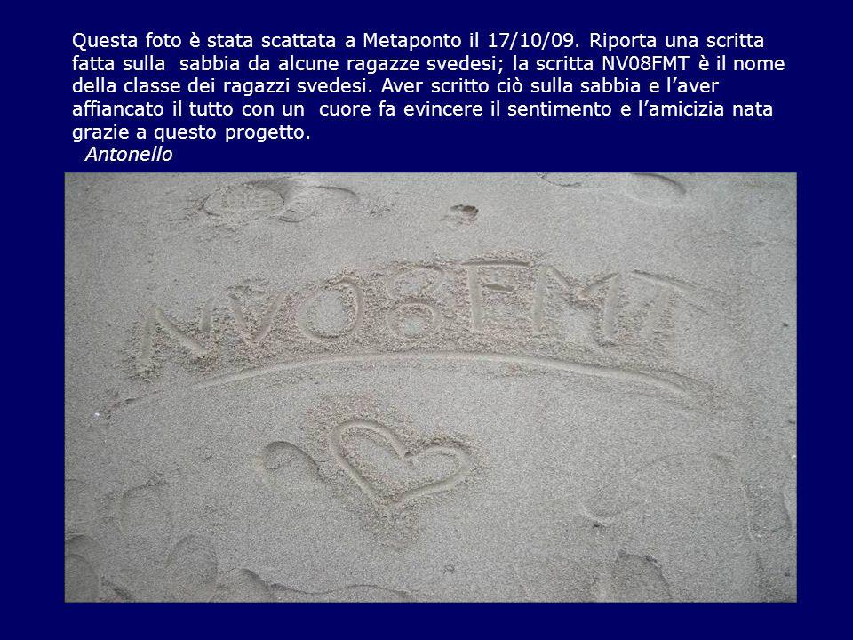 Questa foto è stata scattata a Metaponto il 17/10/09. Riporta una scritta fatta sulla sabbia da alcune ragazze svedesi; la scritta NV08FMT è il nome d