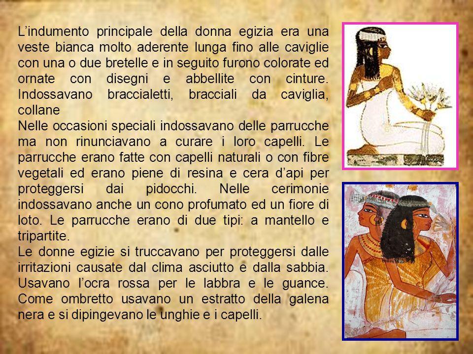 Lindumento principale della donna egizia era una veste bianca molto aderente lunga fino alle caviglie con una o due bretelle e in seguito furono color