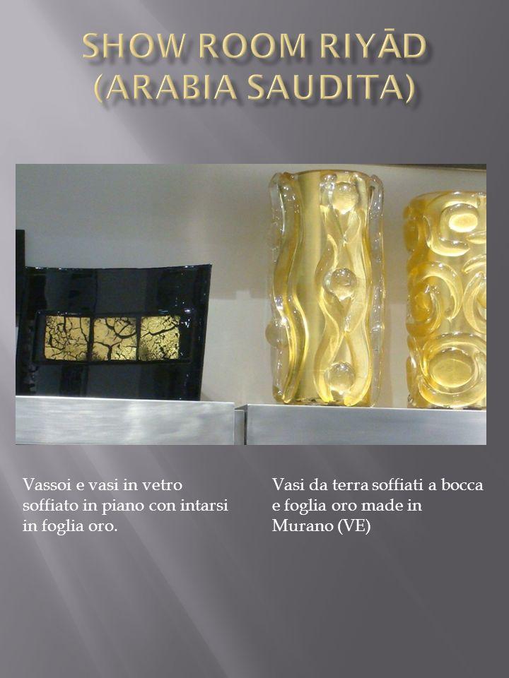 Vassoi e vasi in vetro soffiato in piano con intarsi in foglia oro.