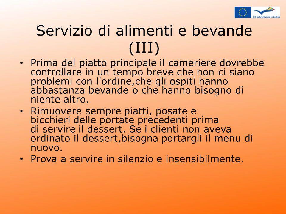 Servizio di alimenti e bevande (III) Prima del piatto principale il cameriere dovrebbe controllare in un tempo breve che non ci siano problemi con l'o