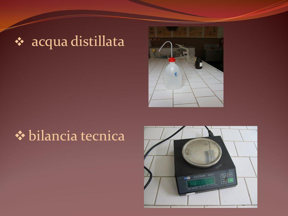 Introdurre tre spatole di ciascuno dei due composti in 2 contenitori chiusi graduati beute diverse.