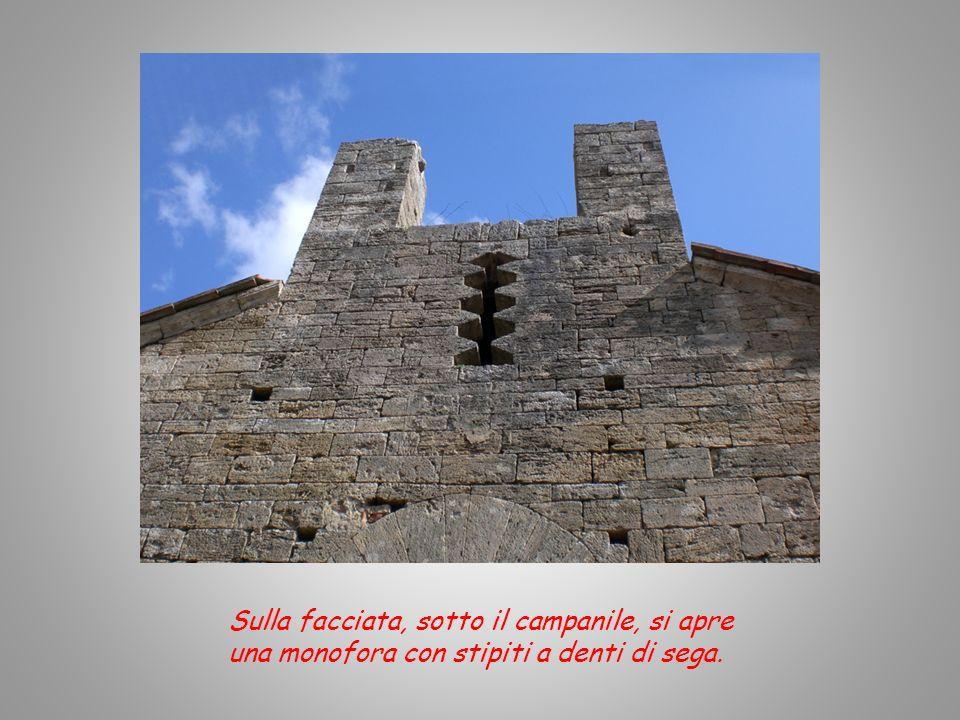 La facciata è a capanna ed un tempo aveva un campanile a vela in bozze di travertino sulla cuspide.