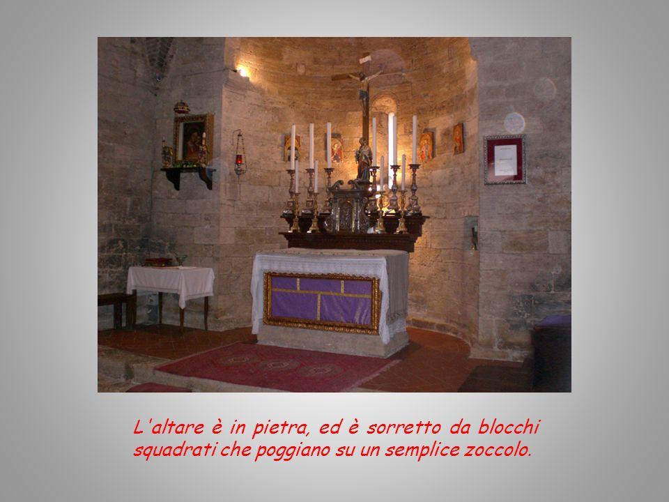 L'interno della chiesa è ad una sola navata, terminante in una piccola abside e coperta da un tetto a doppio spiovente, mascherato in un secondo momen