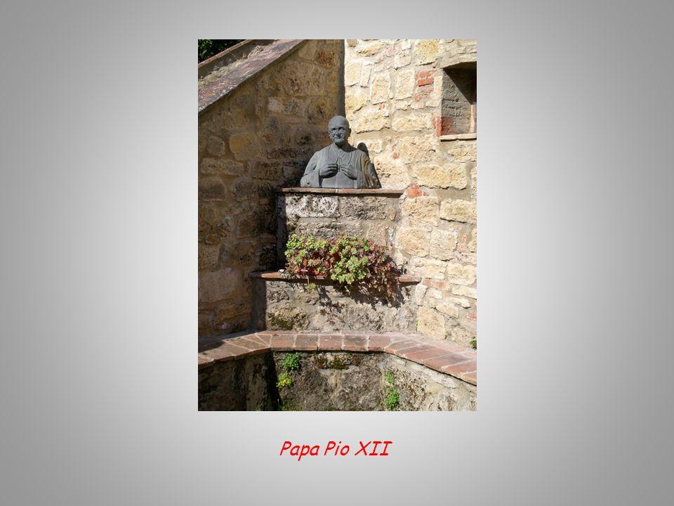 Il cortile interno del Castello, è stato dedicato a Papa Pio XII e allArcivescovo Mons. Mario J. Castellano.