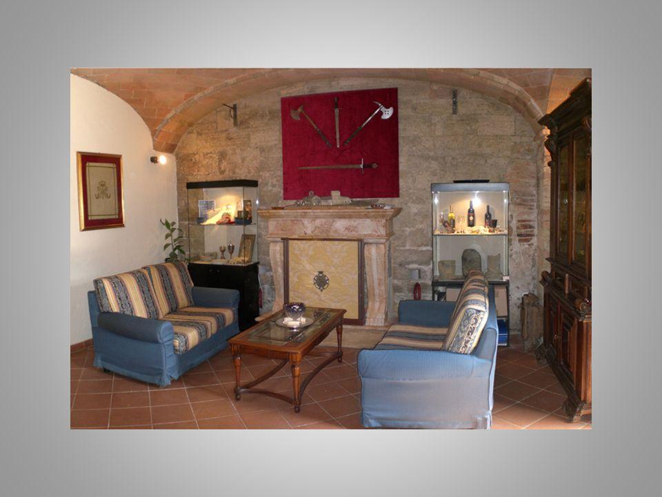 Nel cortile interno, dove si affacciano le sale dell'antico Pellegrinaio ed i locali del Convento dei Cavalieri-Monaci, si ha la sensazione di riviver