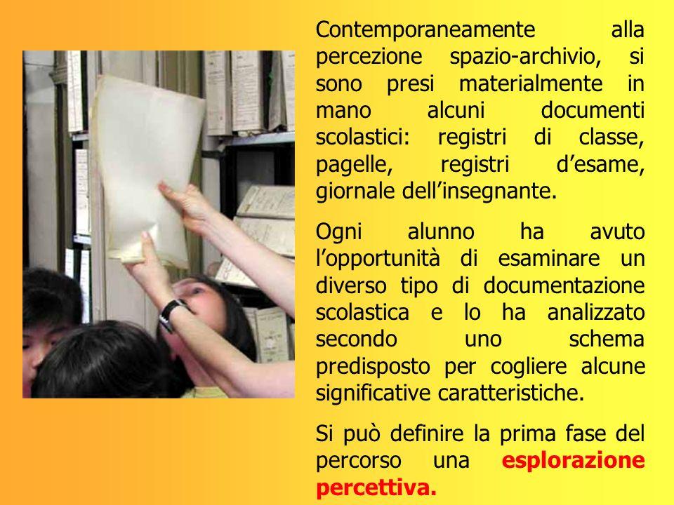 Contemporaneamente alla percezione spazio-archivio, si sono presi materialmente in mano alcuni documenti scolastici: registri di classe, pagelle, regi
