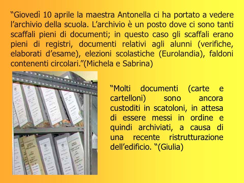 Giovedì 10 aprile la maestra Antonella ci ha portato a vedere larchivio della scuola. Larchivio è un posto dove ci sono tanti scaffali pieni di docume