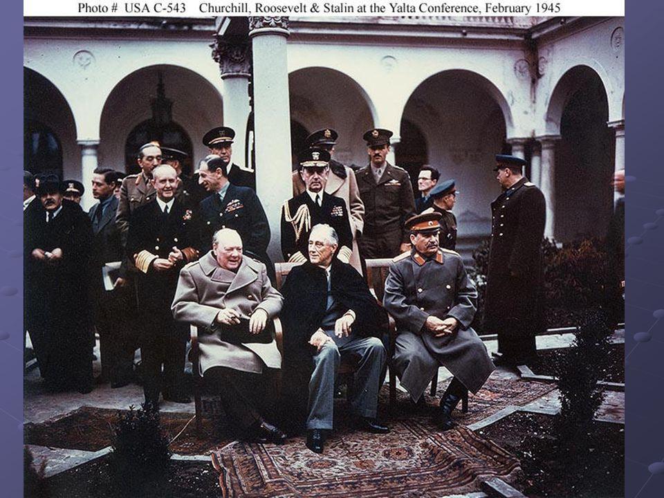 4 – 11 febbraio 1945 Conferenza di Yalta Gli accordi ufficialmente ratificati alla fine dei lavori includevano: Gli accordi ufficialmente ratificati alla fine dei lavori includevano: a) la dichiarazione dell avvenuta liberazione dell Europa, con l assicurazione di favorire in tutti i paesi liberati future libere elezioni democratiche.