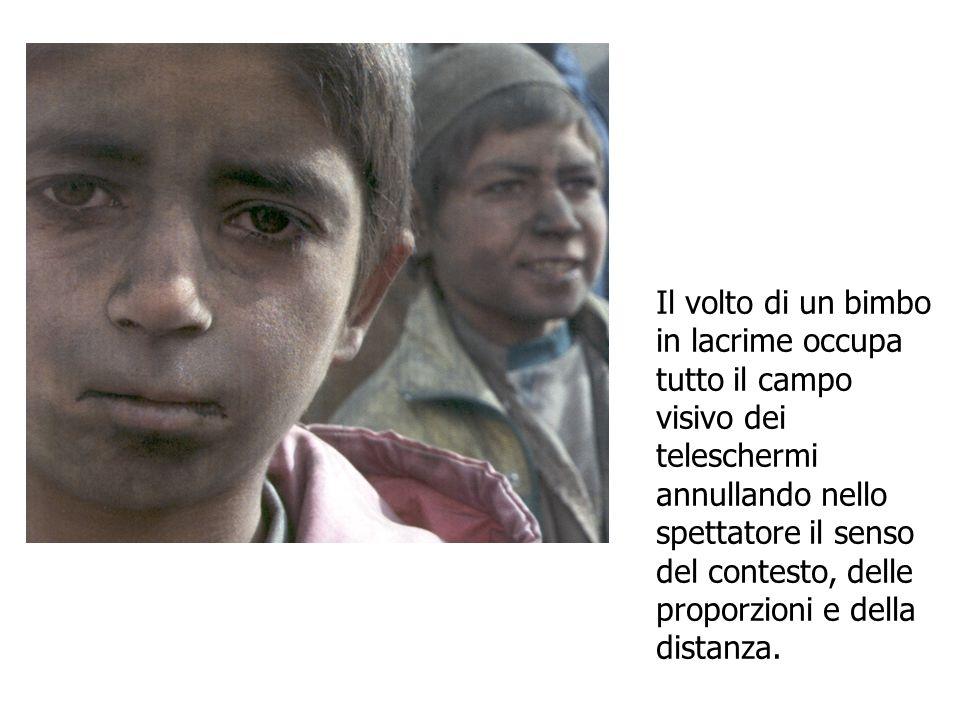 Il volto di un bimbo in lacrime occupa tutto il campo visivo dei teleschermi annullando nello spettatore il senso del contesto, delle proporzioni e della distanza.