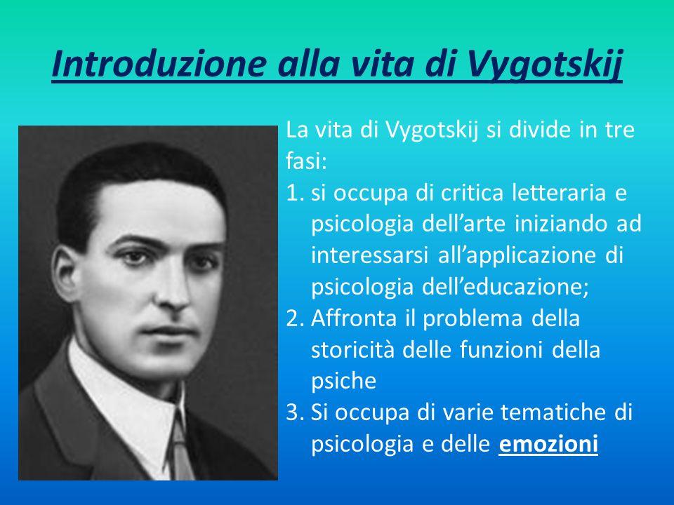 Introduzione alla vita di Vygotskij La vita di Vygotskij si divide in tre fasi: 1.si occupa di critica letteraria e psicologia dellarte iniziando ad i