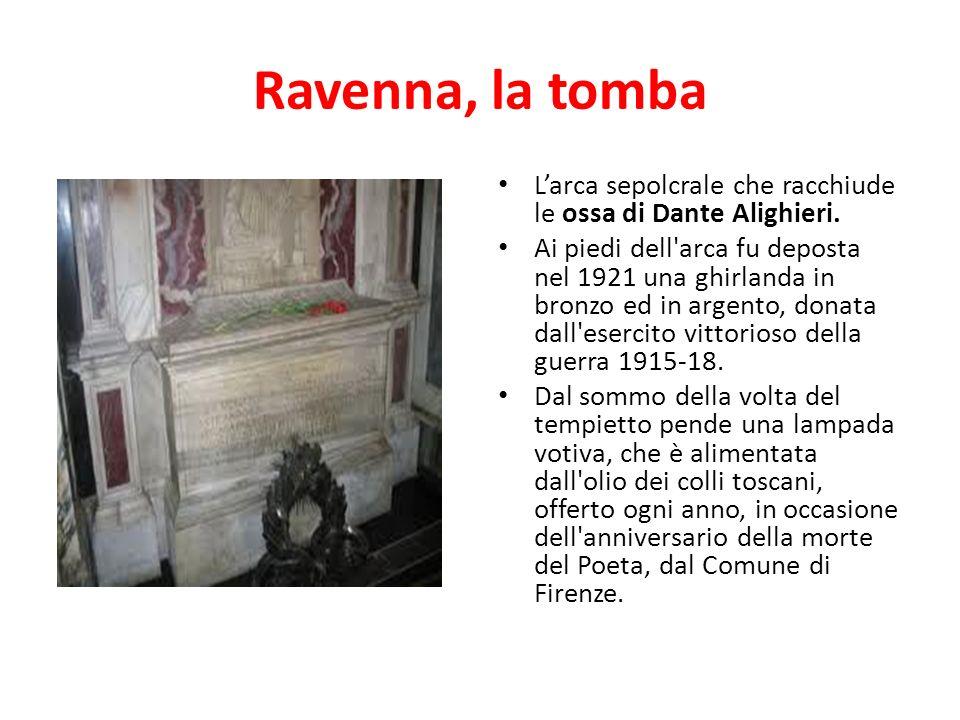 Ravenna, la tomba Larca sepolcrale che racchiude le ossa di Dante Alighieri. Ai piedi dell'arca fu deposta nel 1921 una ghirlanda in bronzo ed in arge