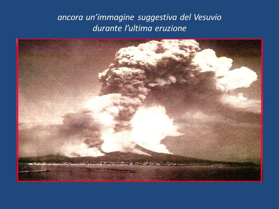 ancora unimmagine suggestiva del Vesuvio durante lultima eruzione