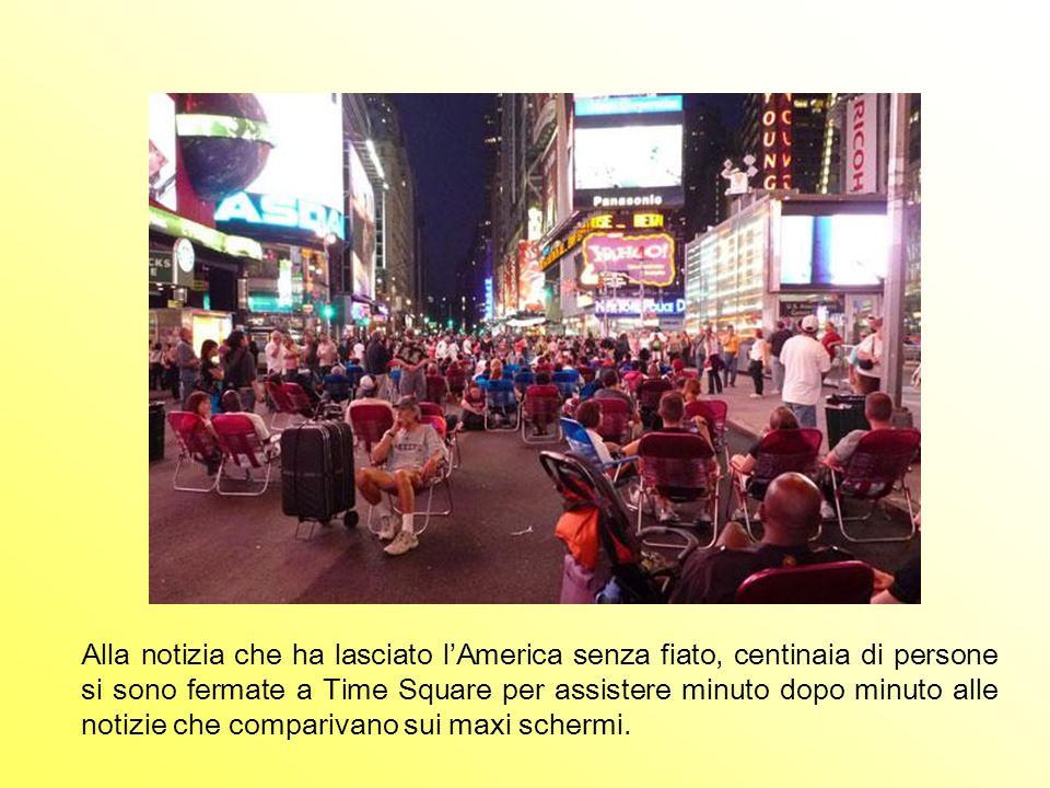 Alla notizia che ha lasciato lAmerica senza fiato, centinaia di persone si sono fermate a Time Square per assistere minuto dopo minuto alle notizie ch