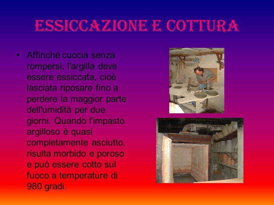 Preparazione e lavorazione dellargilla Largilla, presa nelle cave, viene amalgamata bene nellimpastatrice. Viene poi messa sul tornio da vasaio, che è