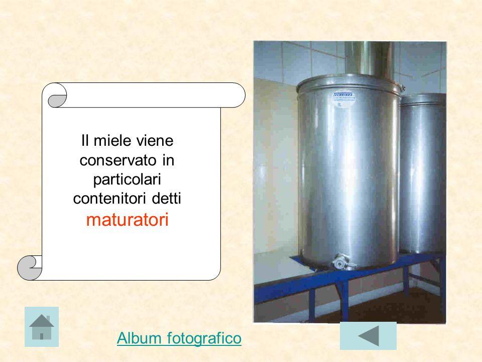 Lo smielatore è un macchinario che agisce come una centrifuga e permette di separare il miele dalla cera.