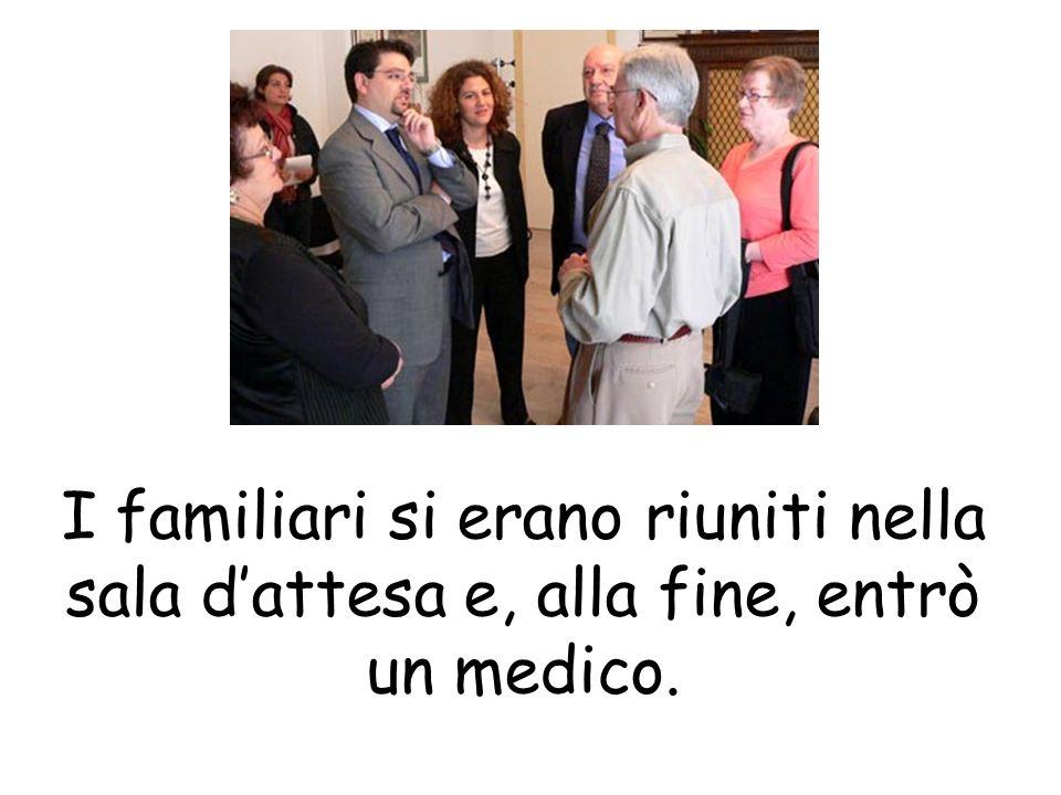 I familiari si erano riuniti nella sala dattesa e, alla fine, entrò un medico.