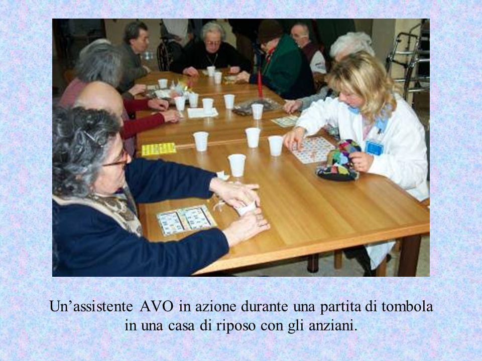 Unassistente AVO in azione durante una partita di tombola in una casa di riposo con gli anziani.