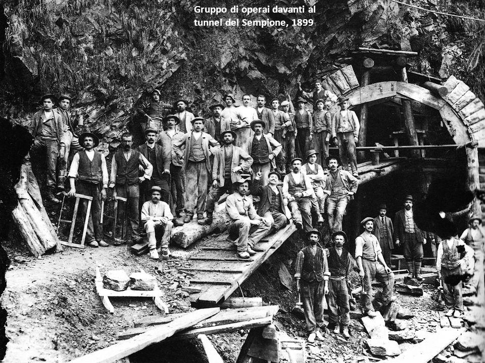 Gruppo di operai davanti al tunnel del Sempione, 1899