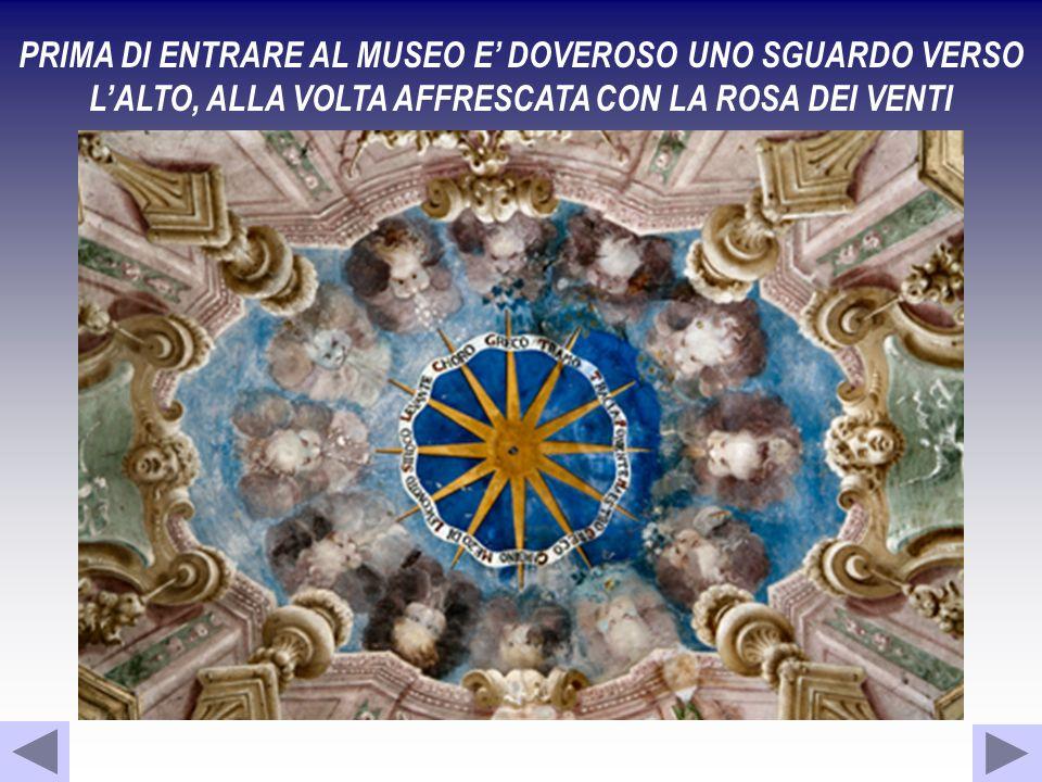 PRIMA DI ENTRARE AL MUSEO E DOVEROSO UNO SGUARDO VERSO LALTO, ALLA VOLTA AFFRESCATA CON LA ROSA DEI VENTI