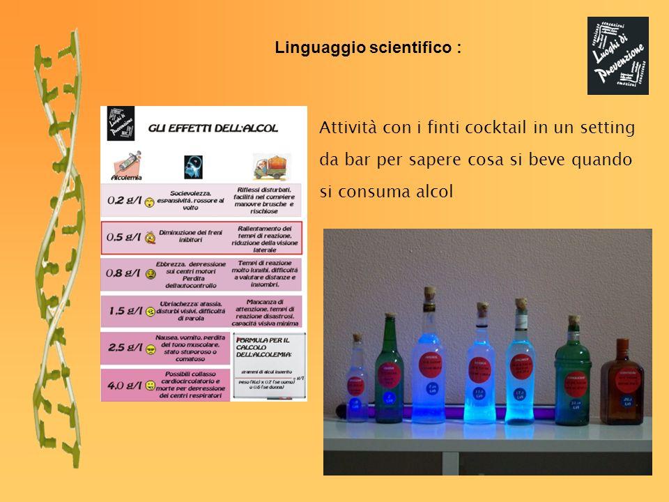 Attività con i finti cocktail in un setting da bar per sapere cosa si beve quando si consuma alcol Linguaggio scientifico :