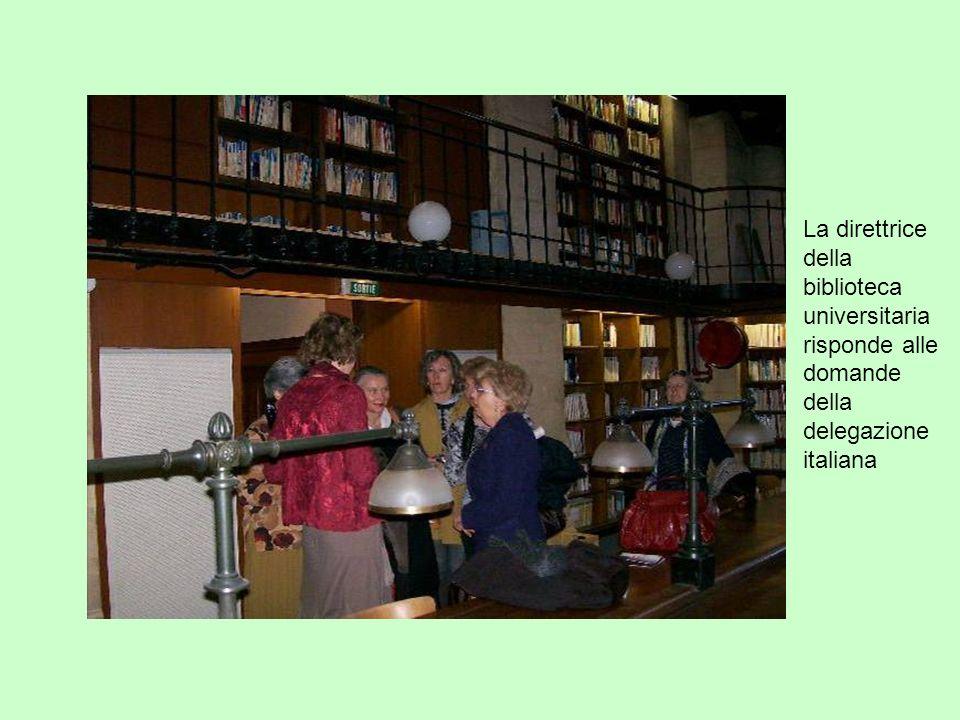 La direttrice della biblioteca universitaria risponde alle domande della delegazione italiana