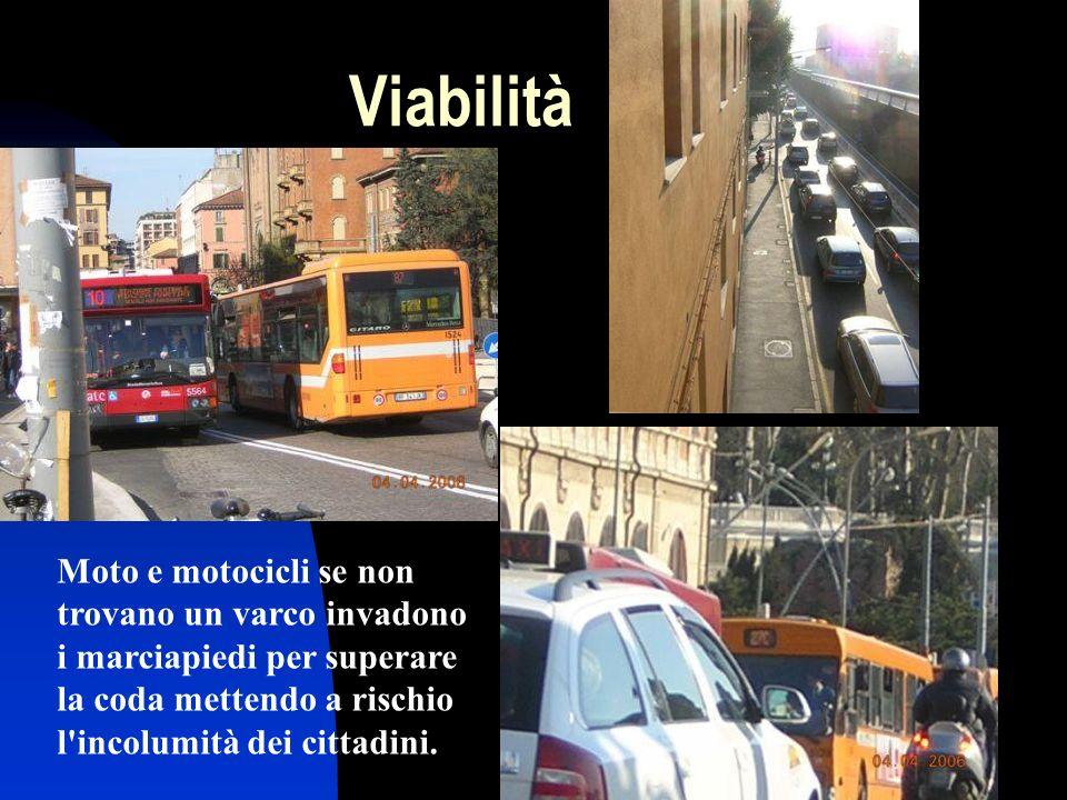 Viabilità Moto e motocicli se non trovano un varco invadono i marciapiedi per superare la coda mettendo a rischio l incolumità dei cittadini.