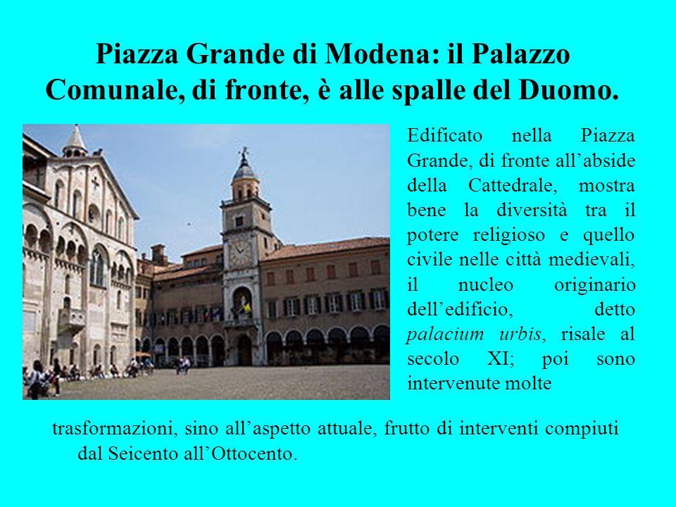 Piazza Grande di Modena: il Palazzo Comunale, di fronte, è alle spalle del Duomo. Edificato nella Piazza Grande, di fronte allabside della Cattedrale,