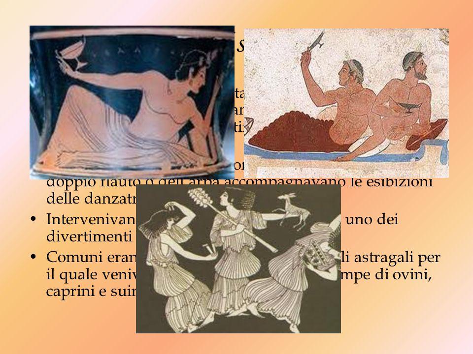Durante il simposio… Durante il simposio i convitati si cingevano la testa con bende, fiori e corone,offrivano libagioni in onore delle divinità, si d