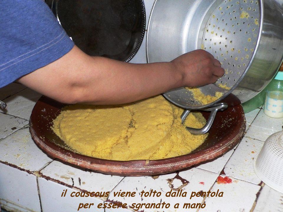 il couscous viene sgranato a mano 3 volte, a distanza di circa 30-40 min