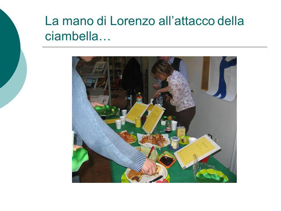 La mano di Lorenzo allattacco della ciambella…