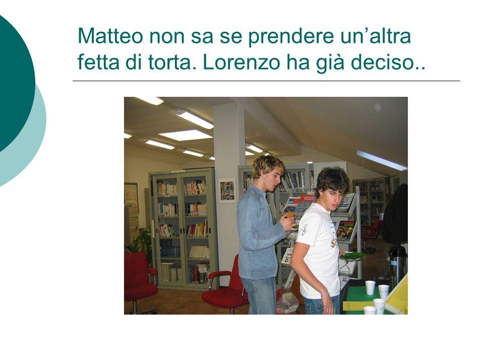 Matteo non sa se prendere unaltra fetta di torta. Lorenzo ha già deciso..