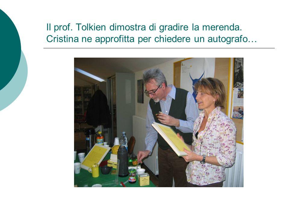 Il prof. Tolkien dimostra di gradire la merenda. Cristina ne approfitta per chiedere un autografo…