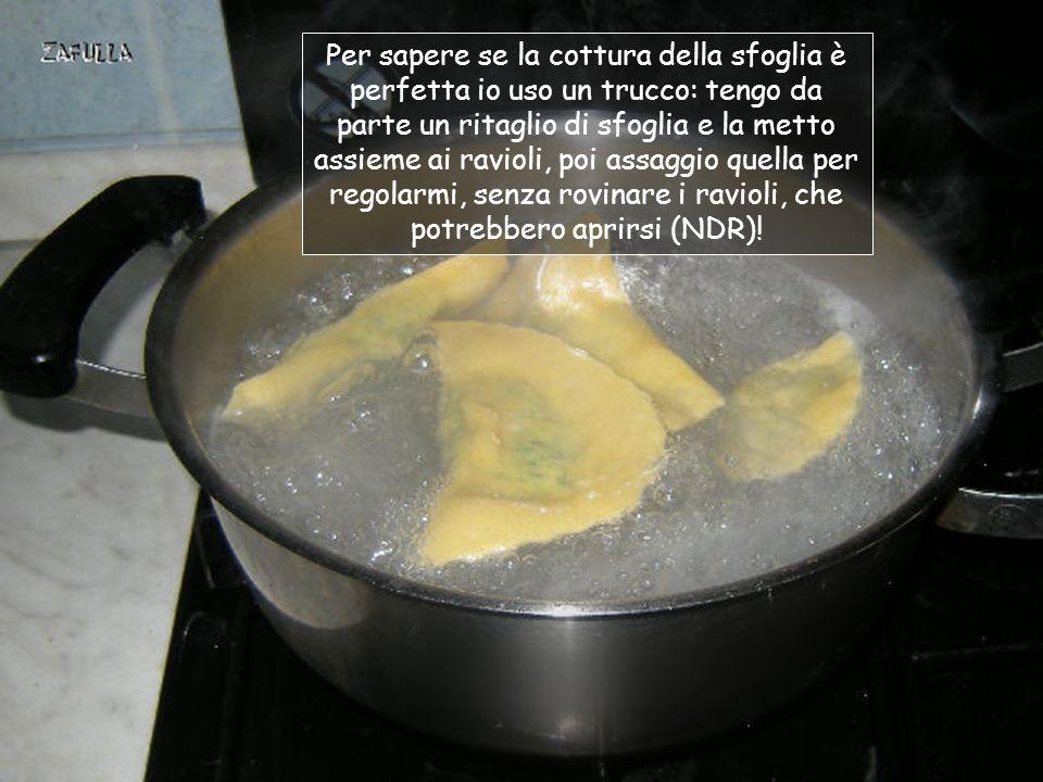 Quando lacqua bolle, saliamo, vi tuffiamo i ravioli e lasciamo cuocere con coperchio; saranno pronti, in genere quando verranno a galla.
