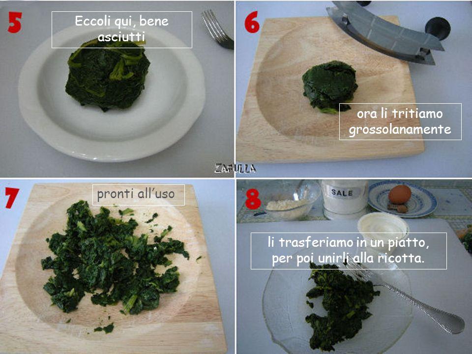 Questi sono allincirca 200 grammi di spinaci ma ne basta anche un pugnetto; mettete quelli che avete. Vanno lavati più volte: non deve restare alcun r