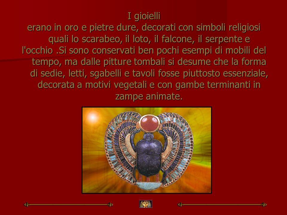 I gioielli erano in oro e pietre dure, decorati con simboli religiosi quali lo scarabeo, il loto, il falcone, il serpente e l'occhio.Si sono conservat